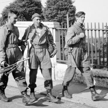 British_parachute_troops_Norwich_1941.jpg