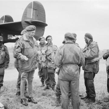 Major_General_Gale_talking_to_troops_of_5th_Parachute_Brigade.jpg